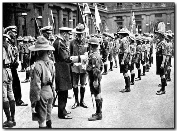 1920-wj1-king-inspects-at-buckingham.jpg (88121 bytes)